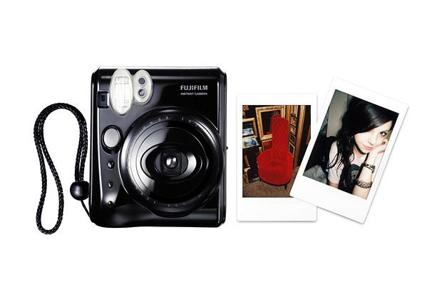 Máy ảnh giá rẻ Fujifilm Instax 50s giúp người dùng dễ dàng chụp ảnh 'tự sướng'