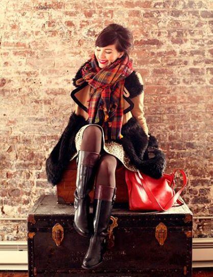 Những chiếc khăn nhẹ và mỏng nhiều màu sắc khiến bạn trở nên nổi bật và rạng rỡ