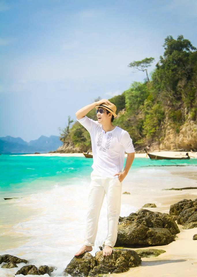 MC Nguyên Khang cười sảng khoái trên biển