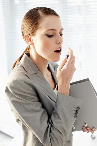 Nước xịt thơm miệng là một trong những vật bất li thân của khá nhiều người là dân văn phòng