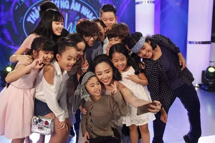"""Tóc Tiên rạng rỡ các thí sinh trong chương trình """" Thần tượng âm nhạc Nhí"""""""