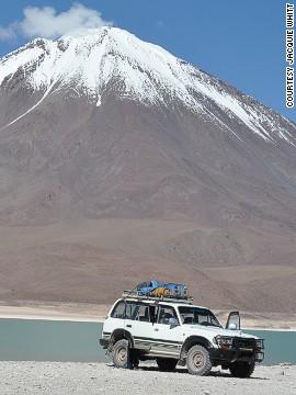 Licancabur (Bolivia). Bề mặt của ngọn núi Aquamarine Laguna Verde ở Bolivia vô cùng rực rỡ. Ảnh chụp núi lửa Licancabur hình nón với tuyết bao phủ trên đỉnh núi.