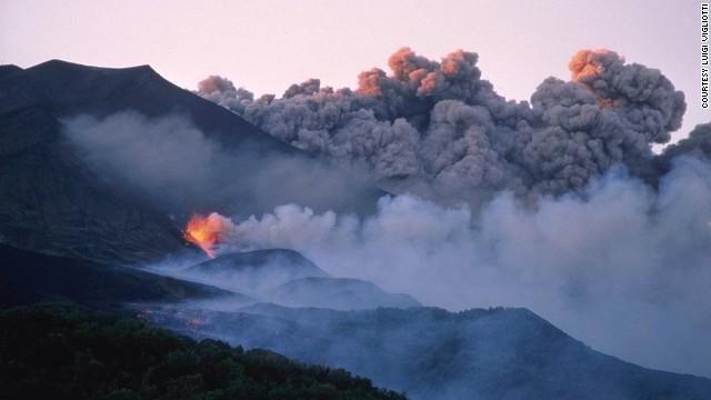 Mount Etna (Italy), Hồ trên ngọn núi lửa này luôn sủi bọt. Du khách có thể bắt được khoảnh khắc tuyệt vời của núi Etna hiện ra lờ mờ trong thị trấn đẹp như tranh vẽ của Catania.