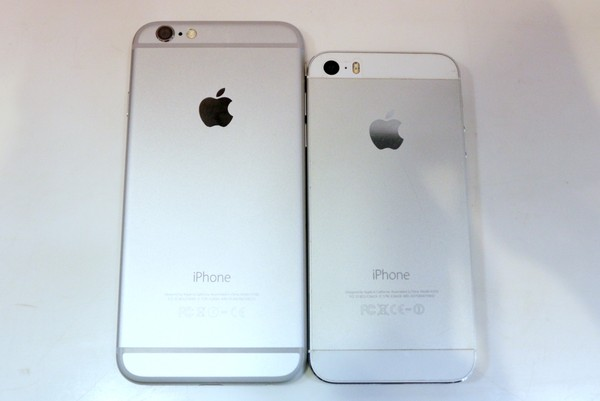 Mặt sau được bọc nhôm hoàn toàn, phần kính giống như iPhone 5S đã biến mất tạo cảm giác chắc chắn hơn cho iPhone 6. Đèn flash LED được thay đổi thiết kế sang dạng tròn tạo sự đồng nhất cho sản phẩm.