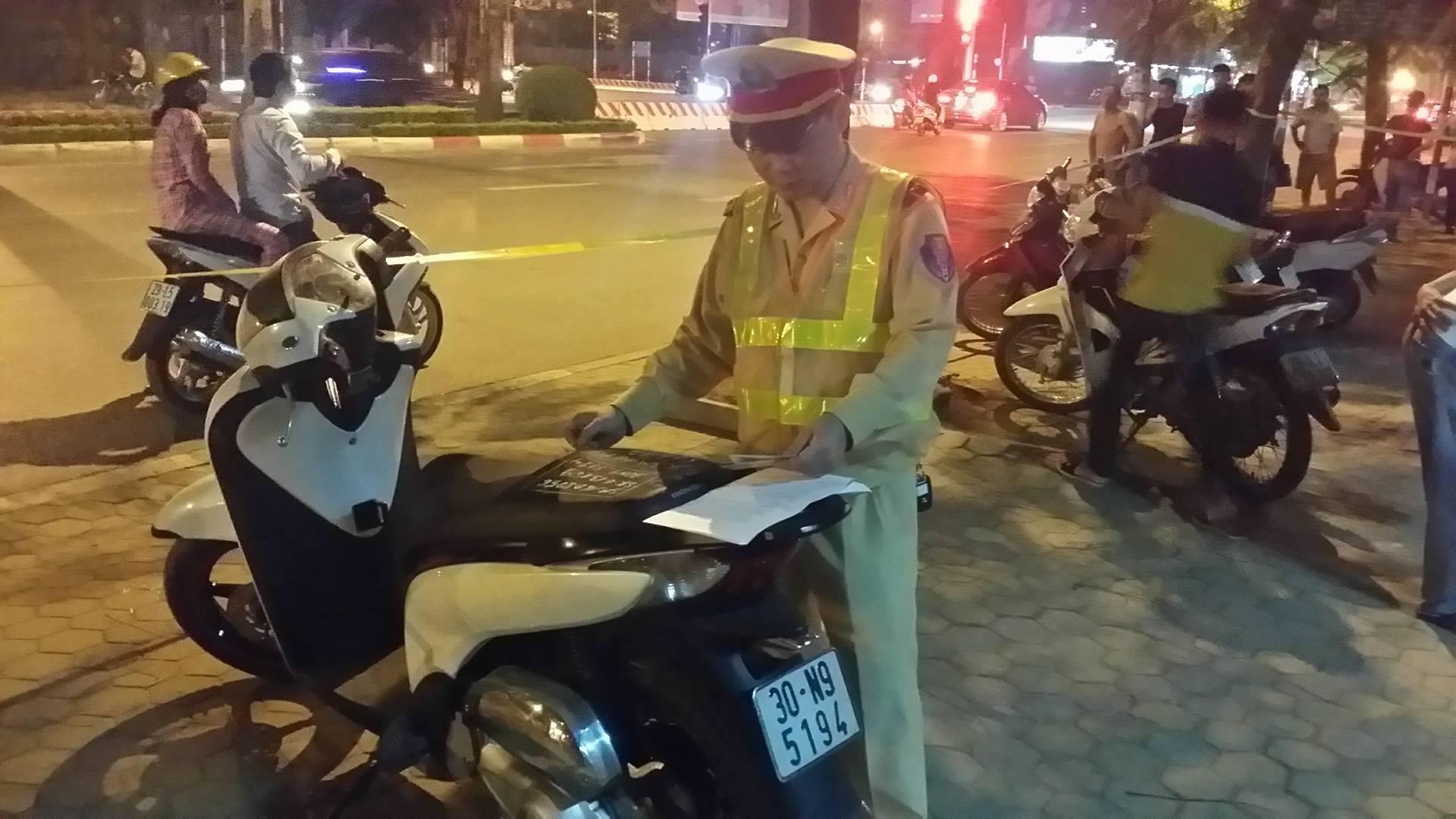 Thượng úy Nguyễn Tuấn Cường đang ghi số khung, số máy chiếc xe SH mang biển giả
