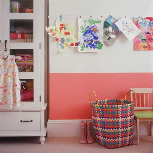 Đối với các không gian hẹp, các mẹ có thể mắc các dây treo để cho các bé treo đồ lên giúp