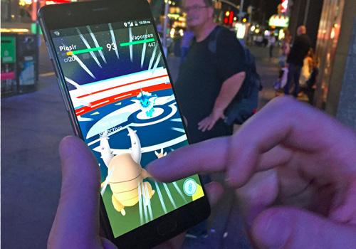 """Pokemon Go hiện là trò chơi rất """"hot"""" Ảnh: Kirsten Acuna/Tech Insider"""