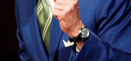 Jeff Gundlach bắt đầu được biết đến với các bộ sưu tập đồng hồ nổi tiếng của mình khi ông bị đánh cắp một loạt các tác phẩm nghệ thuật và tài sản cá nhân. Theo báo cáo của Sở Cảnh Sát Santa Monica, những chiếc đồng hồ đó bị đánh cắp bao gồm một chiếc Glashutte, Breitling, A. Lange & Sohne, TAG Heuer và Patek Philippe. Khó có thể định mức giá chính xác cho bộ sưu tập đó nhưng nhiều chuyên gia xác định trị giá phải lên tới hàng chục ngàn đô la hoặc có thể hơn nữa. Rất may mắn FBI đã thu hồi được tài sản giá trị đó.