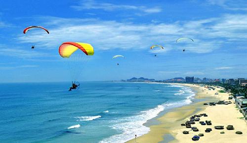 """7. Sẽ là """"phí nửa cuộc đời"""" nếu dịp 30/4 này bạn không đến với bãi biển Mỹ Khê - một trong số những bãi biển đẹp nhất hành tinh do tạp chí Forbes bình chọn năm 2005."""