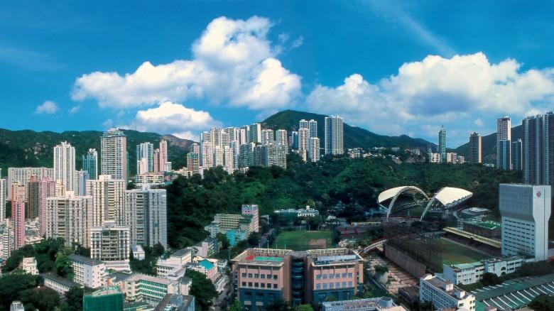 Lanson Place: Nằm trong thánh địa mua sắm Causeway Bay, xung quanh là các tòa nhà chọc trời với những ngọn đồi xanh mướt