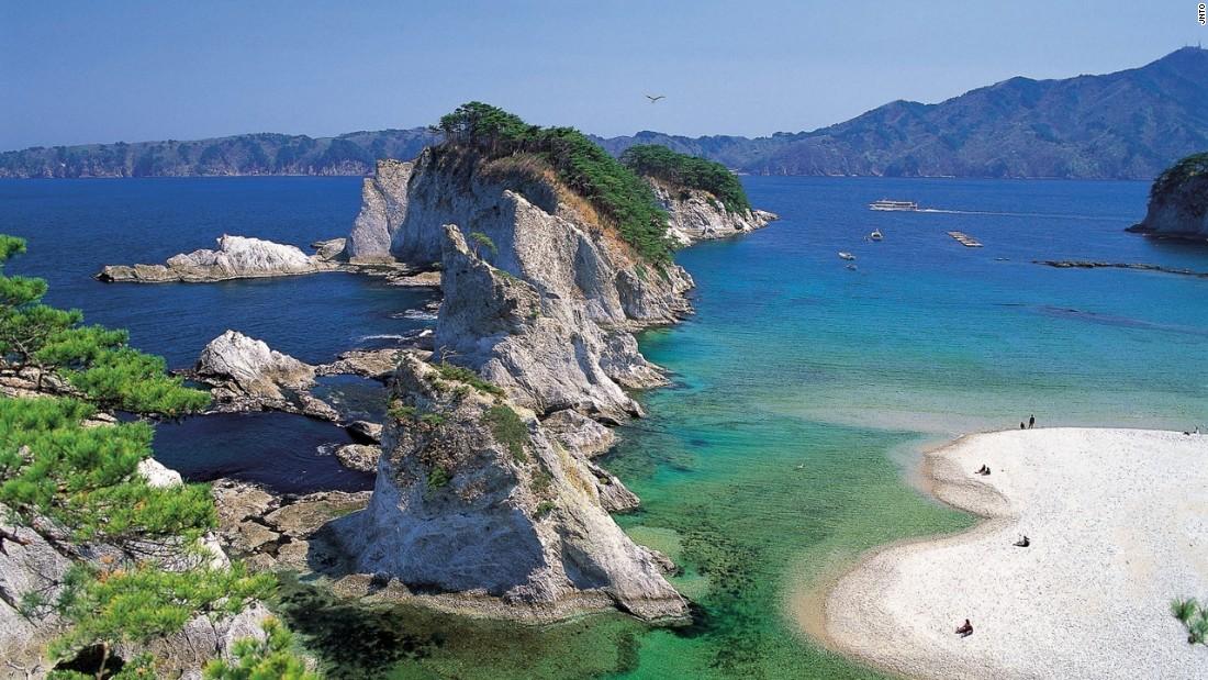 Bãi biển Jodogahama: Rất dễ hiểu vì sao bãi biển có tên Jodogahama. Ở Vườn quốc gia Rikucha Kaigan, đây là một trong những tuyệt sắc thiên nhiên.