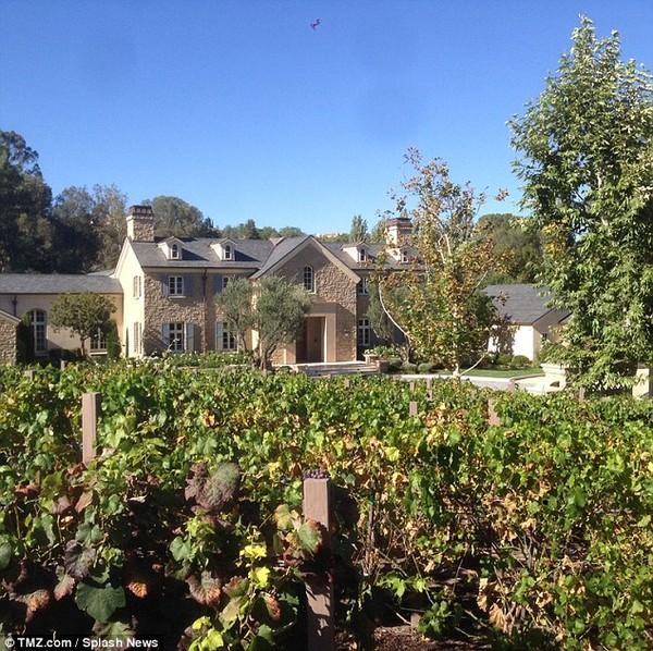 Khối bất động sản khổng lồ của Kim có nhiều bể bơi và cả vườn nho