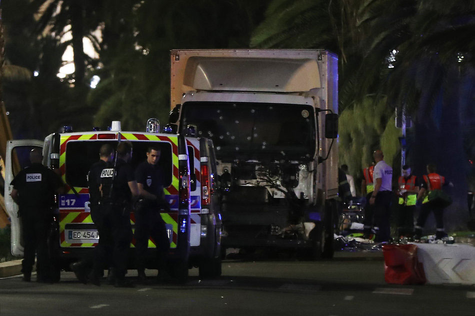 Cảnh sát và lực lượng cứu hộ tập trung trước chiếc xe tải gây ra vụ khủng bố đẫm máu ở Nice đêm 14/7. Ảnh: Reuters