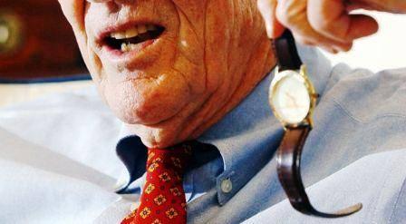 """Jack Bogle là một thiên tài về lĩnh vực đầu tư và ông là người sáng lập của Tập đoàn Vanguard. Ông đang sử dụng một chiếc đồng hồ đeo tay với giá chỉ $14 mà một cổ đông ở California đã gửi tặng cho ông qua đường bưu điện. Trên mặt đồng hồ được in logo Vanguard, tên của ông và một cụm từ """"Still on Watch"""" với ý nghĩa khẳng định sự vững mạnh của công ty với các cổ đông. Hiện tại ông vẫn đeo chiếc đồng hồ này"""