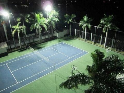 Sân tennis nằm trong khuôn viên biệt thự.
