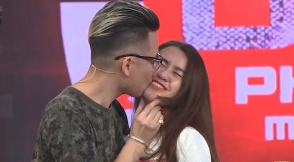 Hotgirl Ngọc Thảo nhận nụ hôn từ rapper Andree