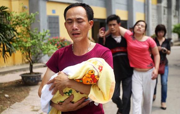 Bé 9 tháng tuổi ở Văn Lâm, Hưng Yên tử vong trong đại dịch sởi hồi tháng 4. Mẹ của bé đã ngất đi trước sự ra đi đột ngột của con. Ảnh: Tuổi Trẻ