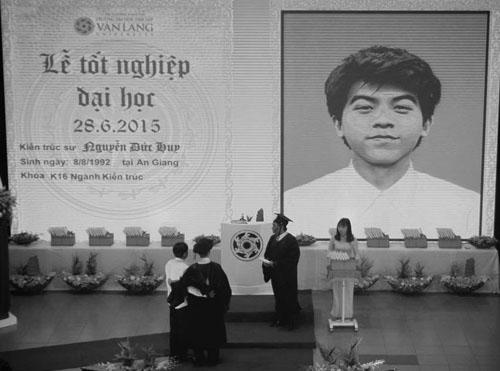 Trong lễ tốt nghiệp của trường Đại học Văn Lang ngày 28/6, nhiều người đã rơi nước mắt khi tên của kiến trúc sư Nguyễn Đức Huy (23 tuổi, quê An Giang, sinh viên K16) được xướng lên, cùng lúc với tấm di ảnh của nam sinh xuất hiện trên màn hình lớn. Ảnh: Đại học Văn Lang