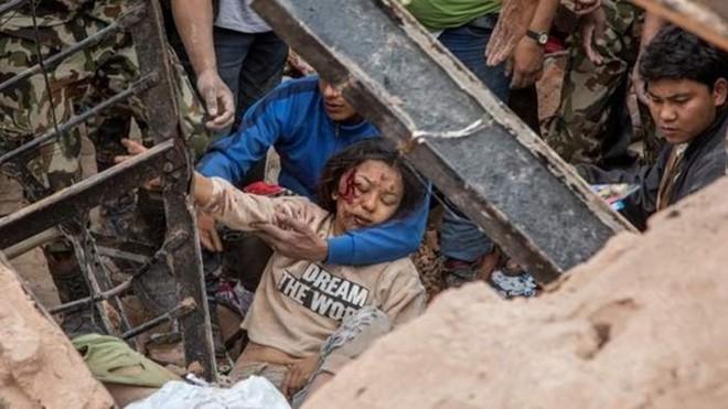Trận động đất 7,9 độ Richter đánh sập nhiều tòa nhà ở thủ đô Kathmandu, Nepal. Số nạn nhân thiệt mạng vì động đất tăng lên 970, bao gồm 539 người ở thung lũng Kathmandu. Đây là trận động đất tồi tệ nhất lịch sử Nepal từ năm 1934. Trận động đất mạnh hơn 8 độ Richter cách đây hơn 80 năm làm gần 10.000 người tử nạn. Ảnh: BBC