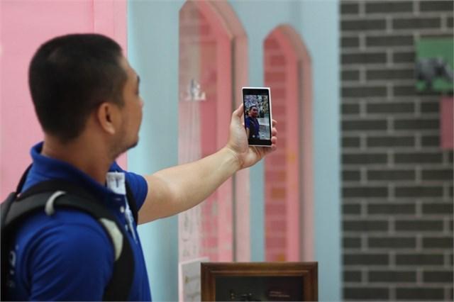 Lumia 730 chuyên dụng chụp ảnh 'tự sướng' góc rộng