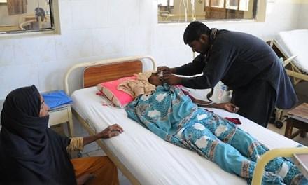 Một nạn nhân được điều trị trong bệnh viện. Ảnh: Guardian