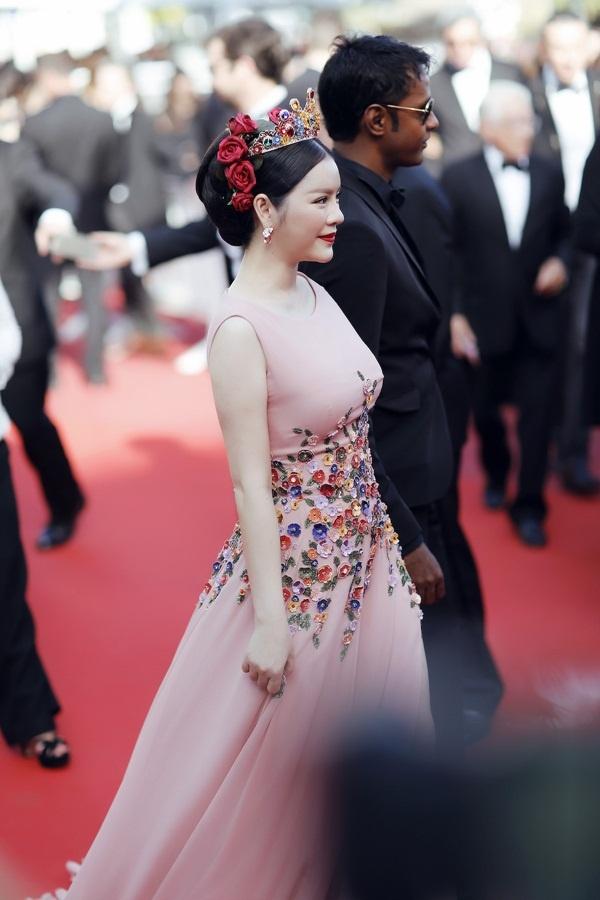 Thiết kế dạ hội theo xu hướng nữ hoàng với màu hồng pastel ngọt ngào cùng những họa tiết hoa 3D đủ sắc màu làm bật lên vẻ quyền quý, lộng lẫy của nữ diễn viên.