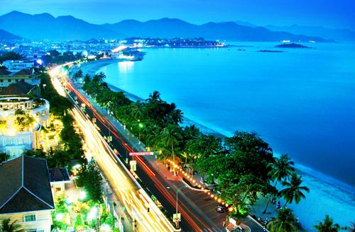 """2. Với bờ cát trắng mịn trải dài ôm lấy làn nước xanh trong như ngọc, Nha Trang được ví như """"Hòn ngọc Việt"""" là điểm đến lý tưởng dành cho du khách trong kỳ nghỉ lễ 30/4."""
