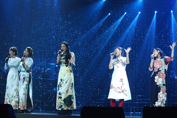 Trong đêm nhạc tại TPHCM tối qua, là dịp hiếm hoi cả 5 giọng ca nữ hàng đầu của nhạc nhẹ Việt Nam thập niên 90 đứng chung sân khấu trong nước