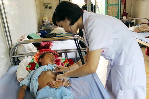Cán bộ y tế Bệnh viện đa khoa huyện Mường Khương (Lào Cai) chăm sóc nhóm trẻ em bị ngộ độc do ăn quả hồng trâu rừng