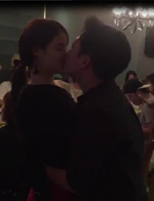 Trường Giang, Nhã Phương ôm hôn tình tứ trước mặt bạn bè
