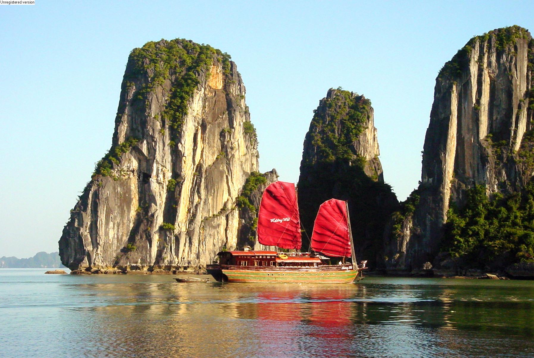 Hạ Long là một địa điểm du lịch trăng mật hoàn hảo giúp cặp đôi hâm nóng tình yêu