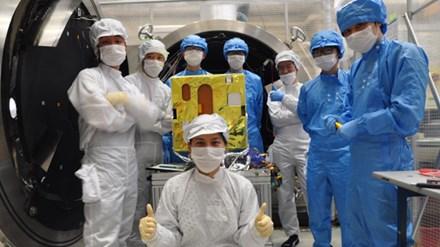 Các kỹ sư Việt Nam thử nghiệm vệ tinh Micro Dragon tại Nhật Bản. Ảnh: VNSC
