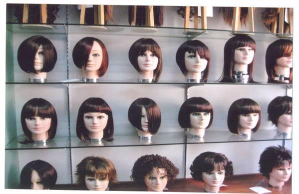 Phong phú các loại tóc giả được bày bán trên thị trường