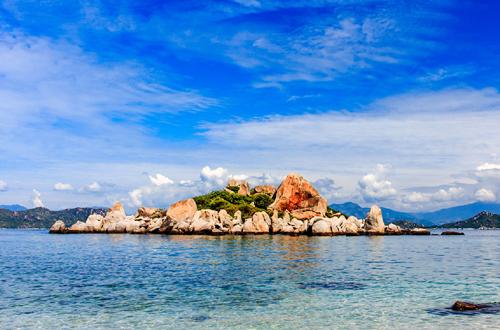 4. Nếu đã quen thuộc với những bãi biển xinh đẹp tại Nha Trang, Phú Quốc và muốn tìm một chốn bình yên với thiên nhiên hoang sơ tươi đẹp thì đảo Bình Ba sẽ là lựa chọn lý tưởng.