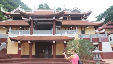 Công trình sai phạm ở chùa Hương vẫn đang chờ ý kiến của cơ quan chức năng, nhà khoa học. Ảnh: Toan Toan