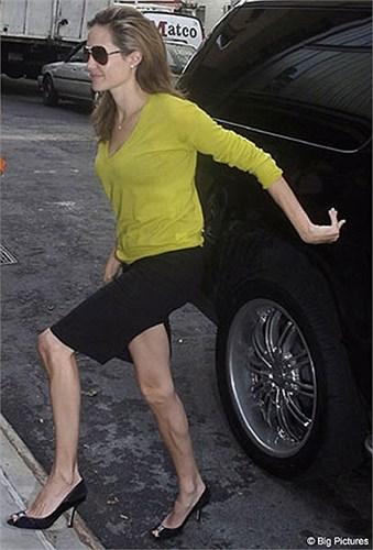 Những hình ảnh gần đây của Angelia Jolie ngày càng héo hắt. Nguyên nhân một phần vì sức khỏe của đại mỹ nhân Hollywood bị ảnh hưởng sau khi phẫu thuật cắt bỏ ngực năm 2013.