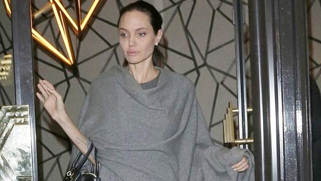 Hình ảnh nữ diễn viên Angelina Jolie gày trơ xương và già nua khi xuất hiện tại một nhà hàng ở London mới đây khiến người hâm mộ không khỏi sốc.