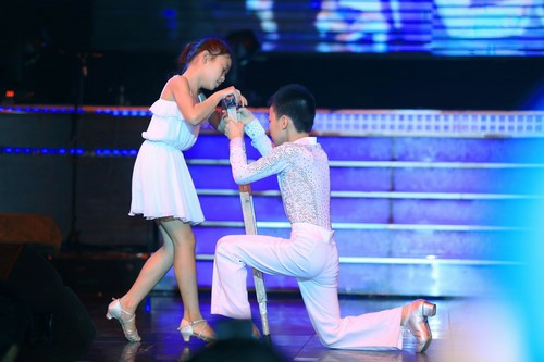 Đoan Trang thậm chí còn mang cả vũ đoàn của mình đi hỗ trợ