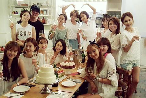 Hình ảnh bữa tiệc chia tay cuộc sống độc thân của cô dâu Park Soo Jin được bạn bè chia sẻ