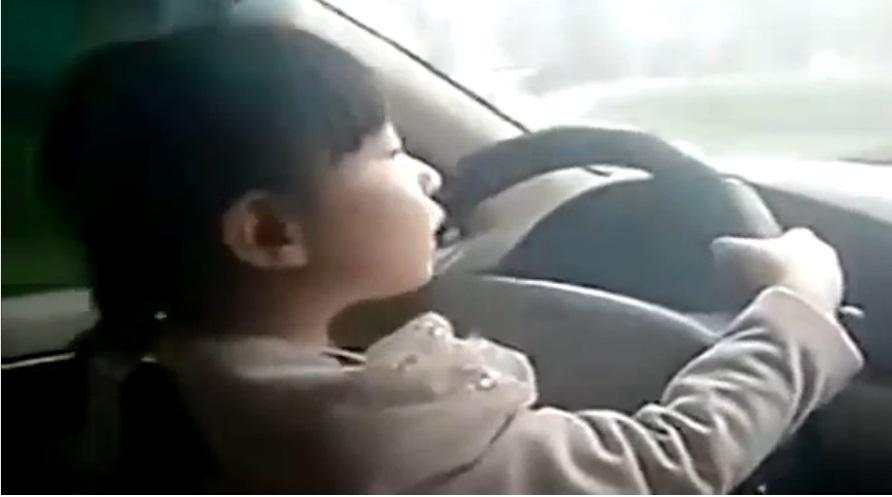 Đoạn clip ghi cảnh bé lái ô tô chạy vù vù trên đường cao tốc khiến dư luận Trung Quốc phẫn nộ