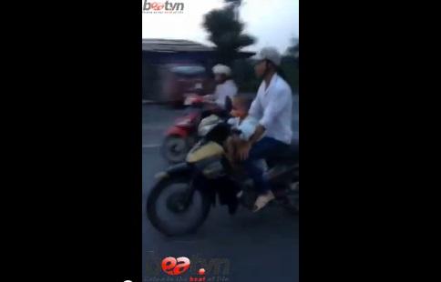 Không ít người phải rùng mình trước cảnh bé trai 5 tuổi lái xe máy ở tốc độ khoảng 60km/h