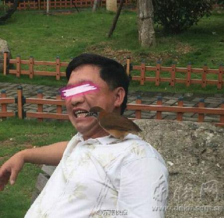 Cảnh đại gia 'dùng chim xỉa răng' gây xôn xao