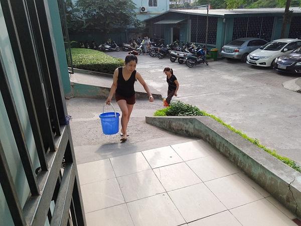 Cư dân khu đô thị Đại Kim khổ sở xếp hàng chờ nước sạch