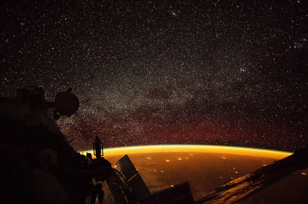 Hình ảnh vầng hào quang màu da cam xung quanh Trái đất được chụp từ trạm ISS. Ảnh: NASA