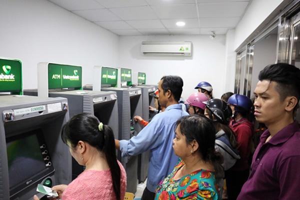 Hãy quan sát khe thẻ trên máy ATM bảo đảm không có thiết bị lạ gắn trên khe và che bàn phím khi nhập số PIN