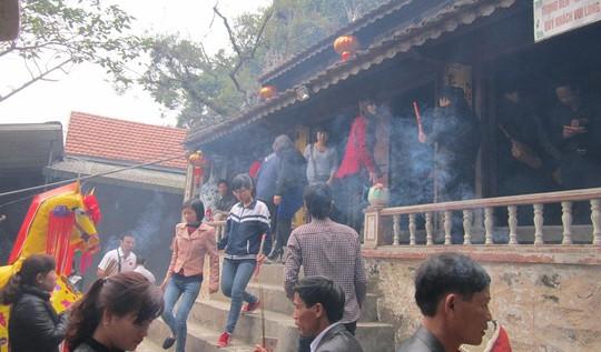 Người dân chen chúc nhau thắp hương tại đền ông Hoàng Mười.