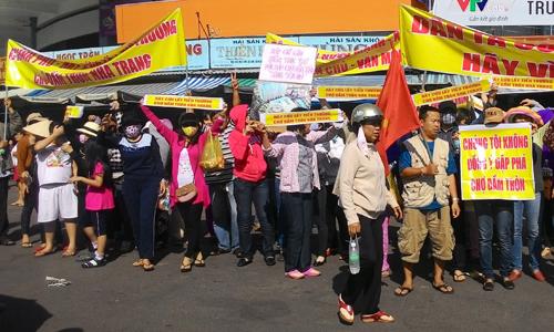 Tiểu thương đóng cửa chợ, tập trung lại để phản đối việc xây dựng mới  ngôi chợ Đầm  hơn 40 tuổi