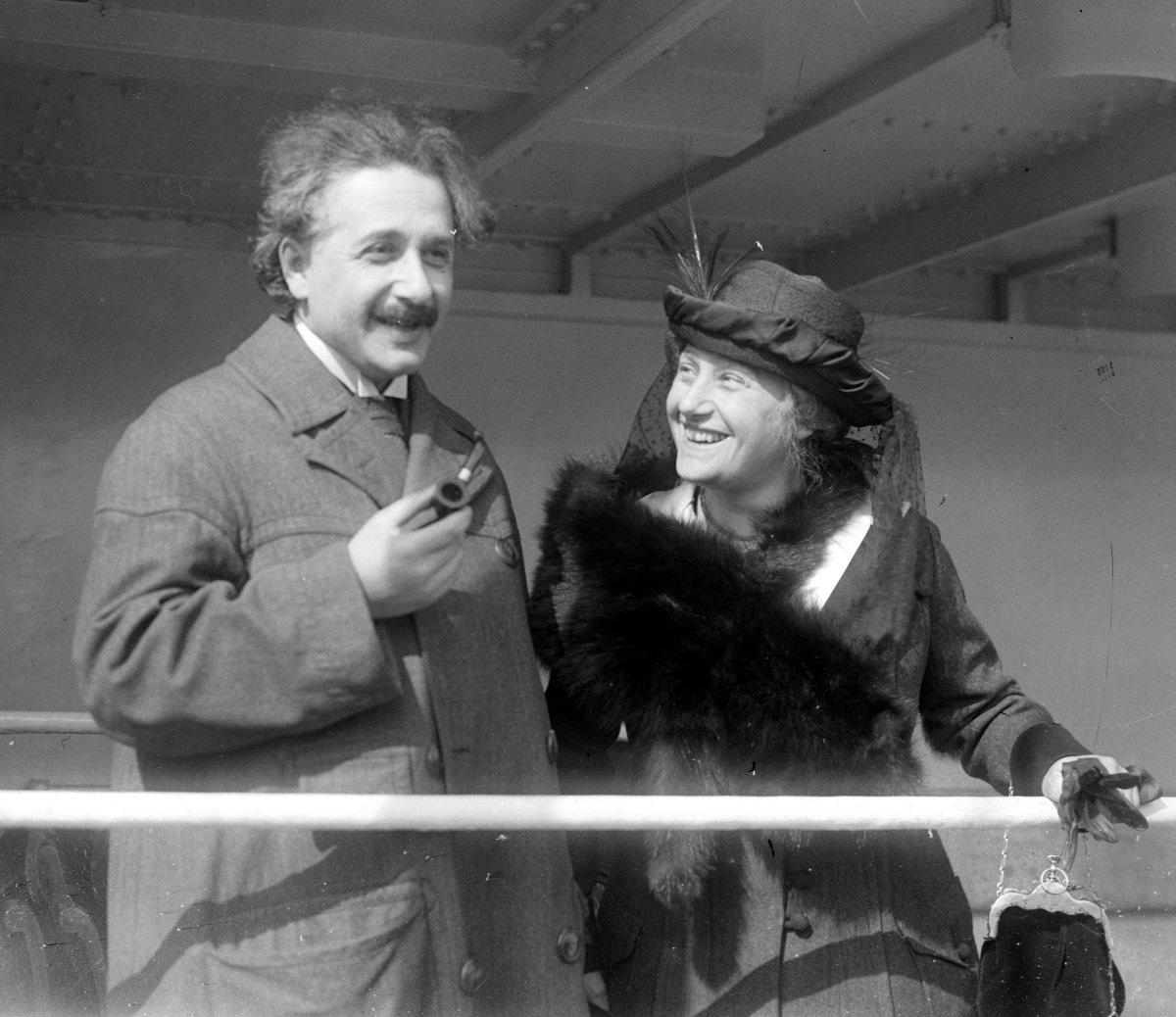 Albert Einstein và người vợ thứ 2 Elsa Lowenthal
