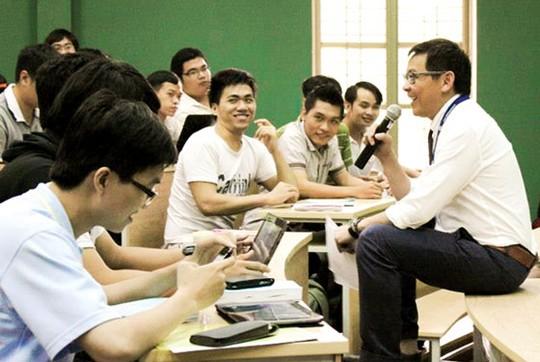 GS Dương Nguyên Vũ nói chuyện với học trò