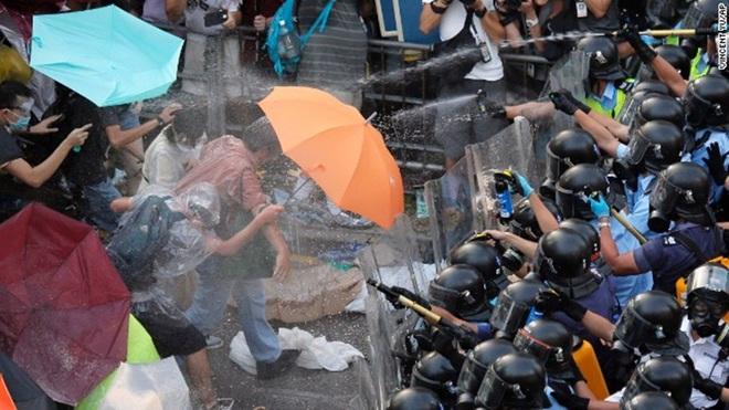 Biểu tình Hồng Kông làm tê liệt giao thông, trường học, doanh nghiệp
